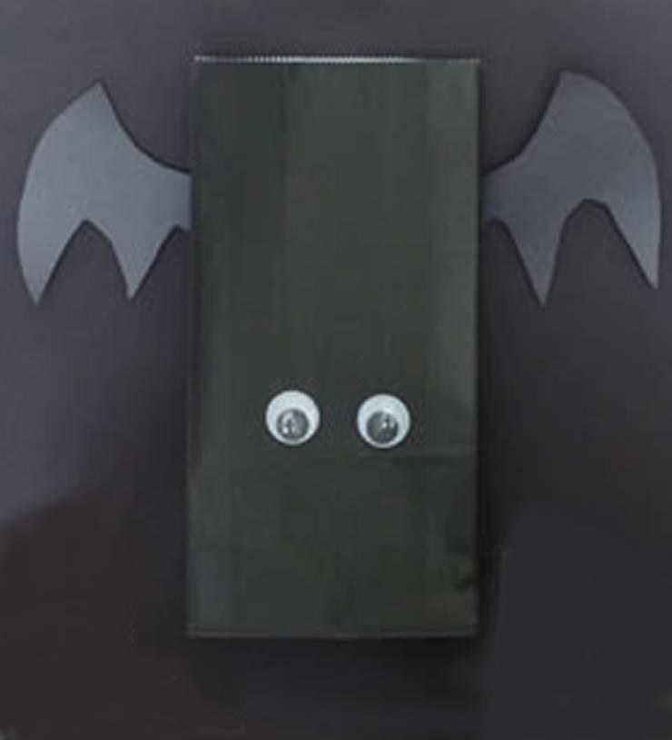 DIY Bat Halloween Treat Bags - The best DIY craft project for kids for Halloween. DIY Halloween craft projects for kids. Easy and simple Bat crafts.
