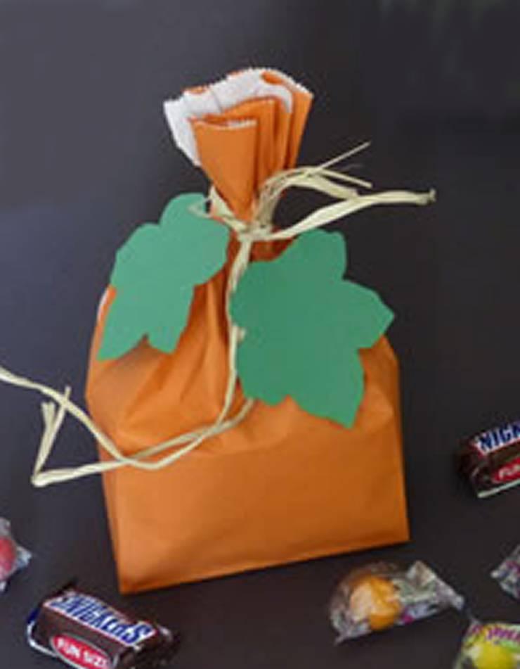 DIY Pumpkin Treat Bags - The best DIY craft project for kids for Halloween. DIY Halloween craft projects for kids. Easy and simple pumpkin crafts.