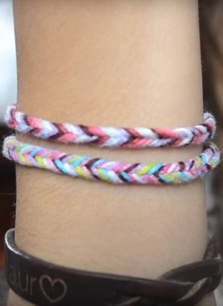 DIY Fishtail String Friendship Bracelet - Easy - How to make friendship bracelets - easy step by step instructions. Patter bracelets & more with string, beads and charms. Great for tutorial beginners - DIY bracelets for kids, teens, tweens and adults!
