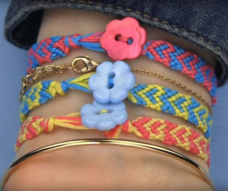 DIY Heart Friendship Bracelets - Easy - How to make friendship bracelets - easy step by step instructions. Patter bracelets & more with string, beads and charms. Great for tutorial beginners - DIY bracelets for kids, teens, tweens and adults!