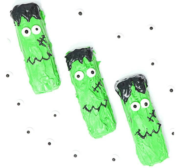 Frankenstein Treats - Easy Halloween treats using Snickers candy bars. No rice krispy treats needed for these cute Frankenstein snacks for kids and adults. Great for Halloween classroom parties & school party or any Halloween theme party
