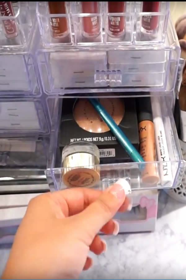 DIY Dollar Store Makeup Organization Hack Idea - eyeshadow