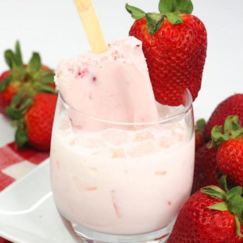 Alcoholic Drinks – BEST Strawberries and Cream Cocktail Recipe – Easy and Simple Vodka Alcohol Drinks